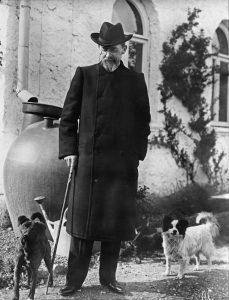 А. П. Чехов во время прогулки в Ялте с Тузиком и Каштанкой, 1901 г.