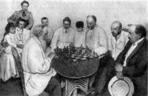 Лев Толстой в кругу родных и знакомых за игрой в шахматы с зятем М. С. Сухотиным. 1908 г.