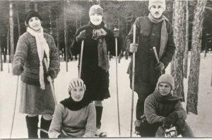 Константин Паустовский вместе с сотрудниками РОСТА на лыжной прогулке. 1930-е годы. Музей К.Г. Паустовского