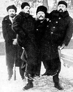 Писатели А. И. (справа) и А. Н. Будищев на руках у борца Ивана Заикина