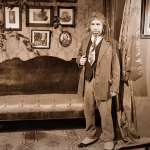 """Шариков (В. Толоконников) в квартире профессора. Кадр из фильма """"Собачье сердце"""" В. Бортко"""