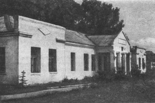 Одно из зданий Лютовской земской больницы в Вязьме. Фото Б.С. Мягкова. 1989 г.