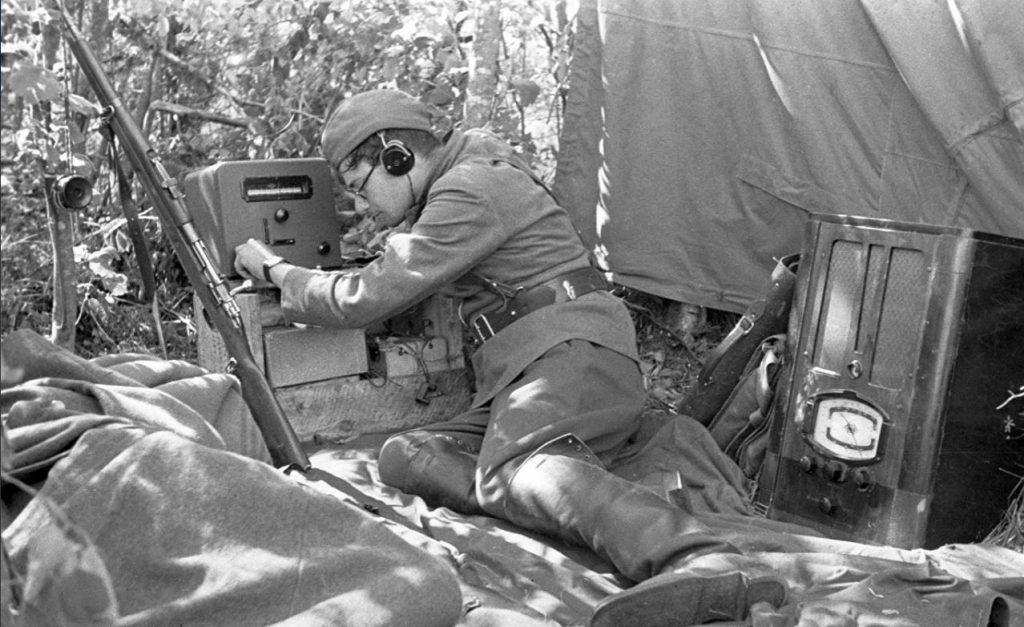 Криптография. Радист-информатор принимает сводку Совинформбюро. 1942 г.